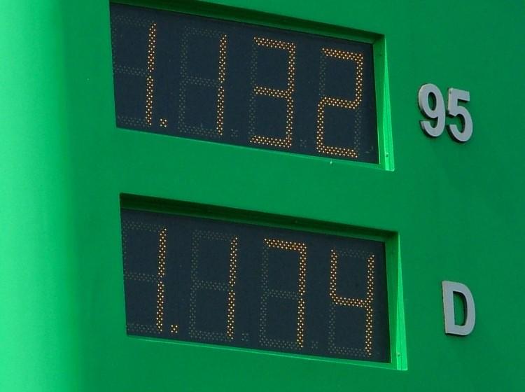 Cena neosvinčenega bencina višjih oktanskih vrednosti in ekstralahkega kurilnega olja prepuščena trgu