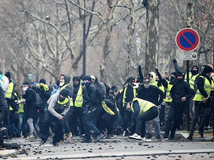 Zahodna Evropa: Francija proti koncu 2018. in na začetku 2019. v množičnih protimacronskih protestih